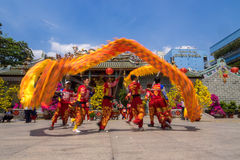Ho Chi Minh, Vietnam - 18 de febrero de 2015: Baile del dragón para celebrar Año Nuevo lunar en la pagoda de Thien Hau Fotos de archivo