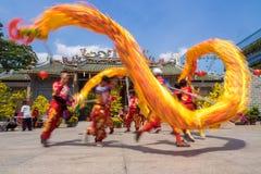 Ho Chi Minh, Vietnam - 18 de febrero de 2015: Baile del dragón para celebrar Año Nuevo lunar en la pagoda de Thien Hau Foto de archivo