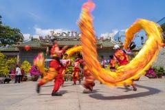 Ho Chi Minh, Vietnam - 18 de febrero de 2015: Baile del dragón para celebrar Año Nuevo lunar en la pagoda de Thien Hau Imagenes de archivo