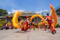 Ho Chi Minh, Vietnam - 18 de febrero de 2015: Baile del dragón para celebrar Año Nuevo lunar en la pagoda de Thien Hau Imagen de archivo libre de regalías