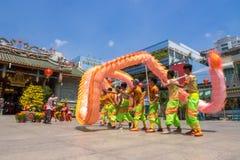 Ho Chi Minh, Vietnam - 18 de febrero de 2015: Baile del dragón para celebrar Año Nuevo lunar en la pagoda de Thien Hau Fotos de archivo libres de regalías