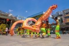 Ho Chi Minh, Vietnam - 18 de febrero de 2015: Baile del dragón para celebrar Año Nuevo lunar en la pagoda de Thien Hau Fotografía de archivo