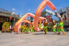Ho Chi Minh, Vietnam - 18 de febrero de 2015: Baile del dragón para celebrar Año Nuevo lunar en la pagoda de Thien Hau Foto de archivo libre de regalías