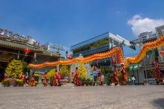 Ho Chi Minh, Vietnam - 18 de febrero de 2015: Baile del dragón para celebrar Año Nuevo lunar en la pagoda de Thien Hau Imagen de archivo
