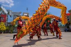 Ho Chi Minh, Vietnam - 18 de febrero de 2015: Baile del dragón para celebrar Año Nuevo lunar en la pagoda de Thien Hau Fotografía de archivo libre de regalías