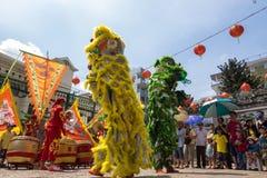 Ho Chi Minh, Vietnam - 18 de febrero de 2015 baile del león para celebrar Año Nuevo lunar en la pagoda de Thien Hau Fotos de archivo libres de regalías