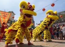 Ho Chi Minh, Vietnam - 18 de febrero de 2015: Baile del león para celebrar Año Nuevo lunar en la pagoda de Thien Hau Fotografía de archivo libre de regalías