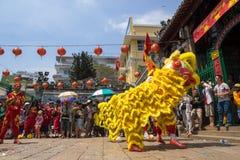 Ho Chi Minh, Vietnam - 18 de febrero de 2015: Baile del león para celebrar Año Nuevo lunar en la pagoda de Thien Hau Fotografía de archivo