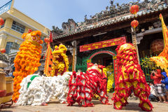 Ho Chi Minh, Vietnam - 18 de febrero de 2015: Baile del león para celebrar Año Nuevo lunar en la pagoda de Thien Hau Fotos de archivo libres de regalías