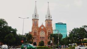 HO CHI MINH, VIETNAM - 13 DE OCTUBRE DE 2016: Basílica de la catedral de Saigon Notre-Dame en fondo del cielo azul en la ciudad d Foto de archivo