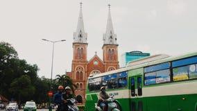 HO CHI MINH, VIETNAM - 13 DE OCTUBRE DE 2016: Basílica de la catedral de Saigon Notre-Dame en fondo del cielo azul en la ciudad d almacen de metraje de vídeo