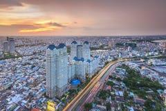 HO CHI MINH VIETNAM - DECEMBER 17, 2014: Flyg- sunsetview av färgrik och vibrerande cityscape av centret i Ho Chi Minh City royaltyfri bild