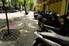 Ho Chi Minh, Vietnam - 20 novembre 2017 : Beaucoup de motorbikikes au stationnement dans la rue Photographie stock libre de droits