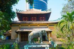Ho Chi Minh, Vietnam Statue d'éléphant dans le zoo de la ville de Ho Chi Minh La statue a été présentée au Vietnam le 8 avril 193 Photos libres de droits