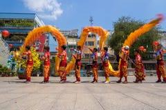 Ho Chi Minh, Vietname - 18 de fevereiro de 2015: Dança do dragão para comemorar o ano novo lunar no pagode de Thien Hau Fotos de Stock