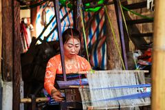 HOA BINH, Вьетнам, женщины этнического меньшинства 4-ое ноября 2017 тайские, Mai Chau гористой местности, Hoa Binh, парча Стоковое Изображение