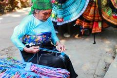 HOA BINH, Вьетнам, женщины этнического меньшинства 4-ое ноября 2017 тайские, Mai Chau гористой местности, Hoa Binh, парча Стоковая Фотография