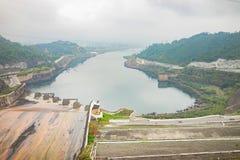 Hoa Binh, Vietnam - 14. Januar 2016: Bereich Hoa Binh Hydroelectricity Plant am nebelhaften Tag Die Anlage wurde von 1979 bis 199 Stockbild