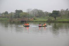 Hoa Binh, Vietnam - mars 11,2017 : Régate de deux équipes à une société sur le lac images stock