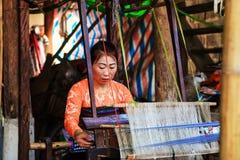 HOA BINH, Vietnam, 4 November, 2017 Thaise etnische minderheidvrouwen, hoogland Mai Chau, Hoa Binh, brokaat stock afbeelding