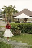 Hoa Binh Wietnam, Marzec, - 12,2017: ?adny krajobraz z dziewczyna spacerem w ?adnej drodze i one jeste?my bardzo szcz??liwi obrazy stock