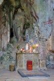 Hoa Nghiem Cave con l'altare, montagne di marmo, Vietnam Immagini Stock Libere da Diritti