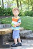 Hoade sommaren för barnet fjädrar den utomhus dagen som hydratiserar Royaltyfria Bilder
