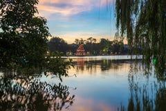 Hoan Kiem See oder Ho Guom, Sword See, die Mitte von Hanoi-Hauptstadt, Vietnam in der Dämmerung Weidenniederlassungen auf Vorderg Stockfotografie