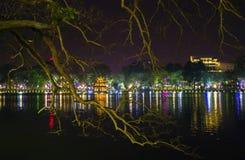 Hoan Kiem sjö vid natt Royaltyfria Bilder
