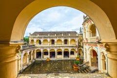Hoang uma vista de canto do palácio imperial de Tuong A sobre o corredor do arco fotos de stock