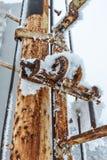 Hoar śnieg na metalu słupie i mróz obraz stock