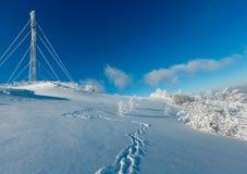 Hoar del invierno que hiela los árboles, la torre y las nieves acumulada por la ventisca MES cárpato Imágenes de archivo libres de regalías