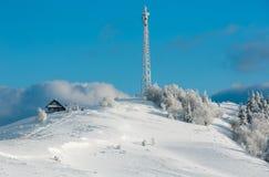 Hoar di inverno che glassa gli alberi, torre ed i cumuli di neve Mo carpatico Fotografia Stock