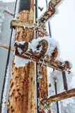 Hoar Frost e neve no polo do metal imagem de stock