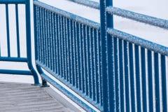 Hoarfrost zaskorupiający się błękitny poręcz obraz stock