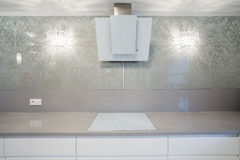 Hob индукции в дизайнерской кухне Стоковая Фотография