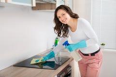 Hob da indução da limpeza da mulher fotos de stock