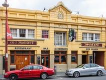 Hobart, Tasmânia, Austrália - 14 de dezembro de 2009: A construção histórica amarela do hotel de Brunsvique na rua de Liverpool é foto de stock
