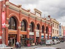 Hobart, Tasmanien, Australien - 14. Dezember 2009: Rotes historisches Alexander George Webster-Gebäude mit Fenstern in den Bogenh lizenzfreies stockfoto