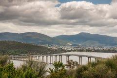 Hobart, Tasmanien, Australien - 13. Dezember 2009: Tasman-Straßenbrücke über Derwent-Fluss mit Bergen und weit weg von den Nachba lizenzfreie stockbilder