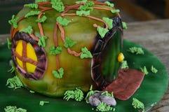 Hobbit孔装饰的蛋糕 免版税库存照片