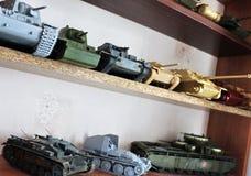 Hobby - Assemblage van verminderde exemplaren van echte gevechtstanks Dergelijke modellen zijn zeer populair en vele ventilators  stock afbeelding