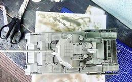 Hobby - Assemblage van verminderde exemplaren van echte gevechtstanks Dergelijke modellen zijn zeer populair en vele ventilators  royalty-vrije stock foto