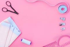 Hobby che cuce con il filo, forbici, tessuto lifestyle Derisione rosa di vista superiore del fondo su fotografia stock libera da diritti