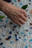 Hobby con il mosaico colorato del whight e del blu e la superficie di bianco fotografia stock