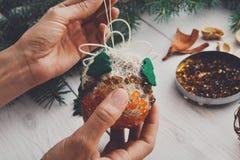 Hobby diy creativo Decorazione fatta a mano, palle e ghirlanda di natale del mestiere Fotografia Stock Libera da Diritti