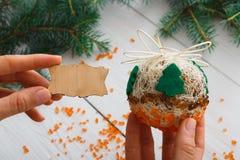 Hobby diy creativo Palla fatta a mano della decorazione di natale del mestiere con l'albero Fotografia Stock