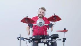 Hobby i muzyki pojęcie Młody człowiek Ma zabawę Bawić się Elektronicznego bębenu zestaw W Domu zbiory
