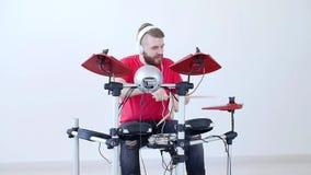 Hobby i muzyki pojęcie Młody człowiek Ma zabawę Bawić się Elektronicznego bębenu zestaw W Domu zbiory wideo