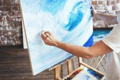 Hobby och idérikt ockupationbegrepp Konstnärteckning med oilpaint och målarpensel i studio arkivbilder